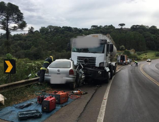 Motorista morre em colisão frontal entre automóvel e caminhão