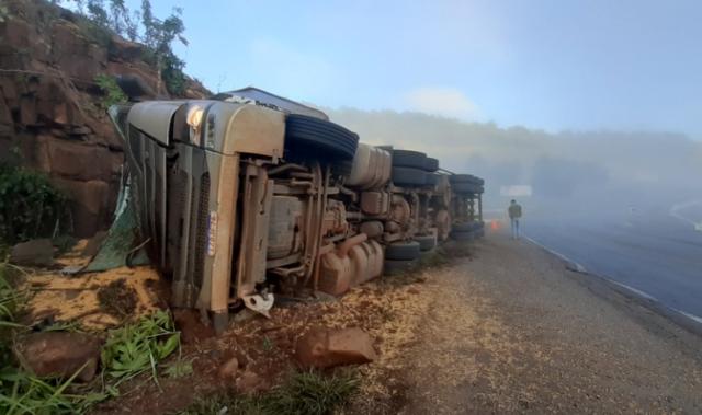 Tombamento de carreta deixa motorista preso às ferragens em Descanso