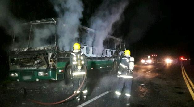Incêndio destrói ônibus no Oeste Catarinense