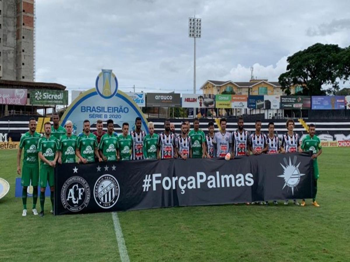 Jogadores de Operário e Chapecoense homenagearam as vítimas da tragédia com o avião da delegação do Palmas, que teve uma pane e vitimou, pelo menos, seis pessoas - Foto: Márcio Cunha/ACF