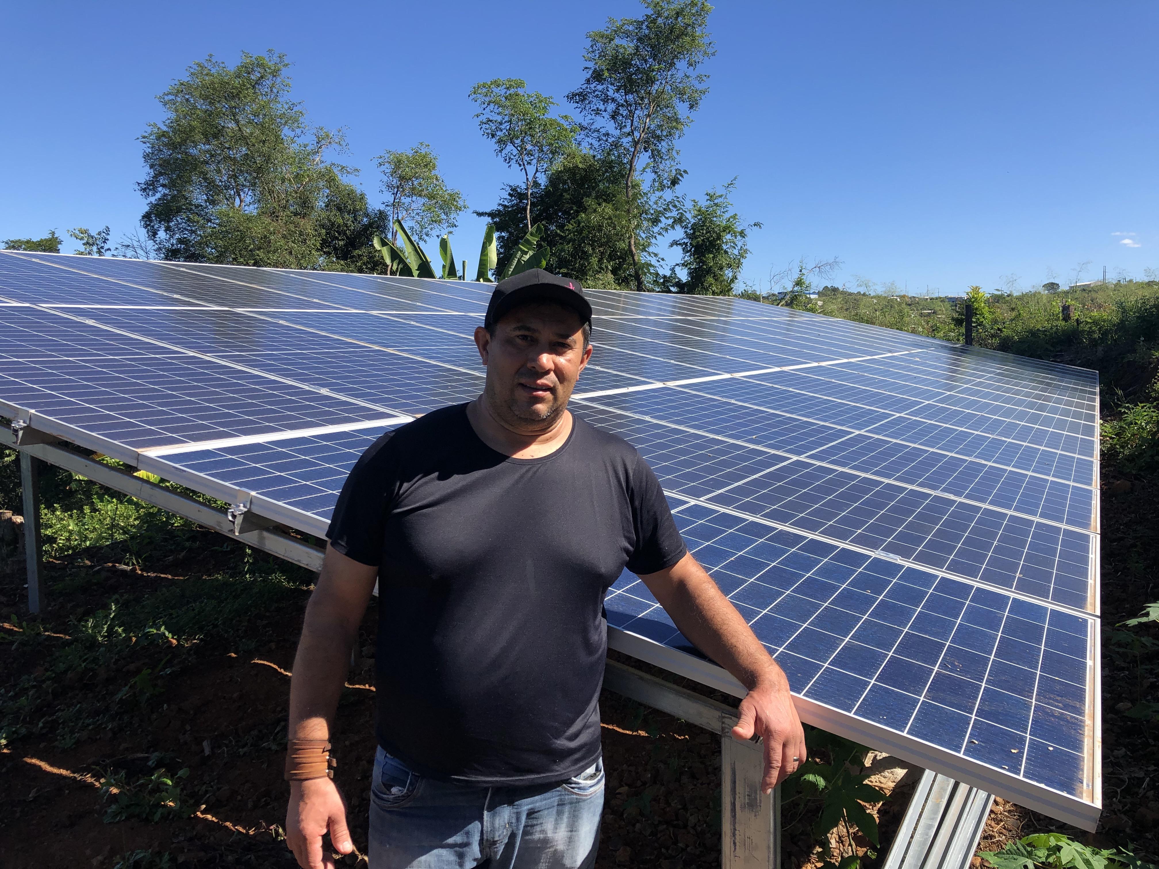 Valcir Martins, associado de São Miguel do Oeste, investiu na instalação de placas de energia solar. (Foto: Sicredi)